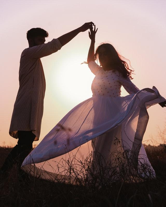 Couple-dancing-in-sunlight
